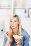 Donna in buona salute che mangia macedonia Fotografie Stock Libere da Diritti