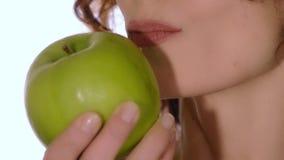 Donna in buona salute che mangia una mela stock footage