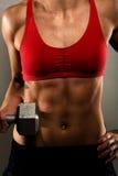 Donna in buona salute di forma fisica che mostra i suoi muscoli Fotografie Stock Libere da Diritti