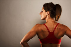 Donna in buona salute di forma fisica che mostra i suoi muscoli dorsali Immagini Stock