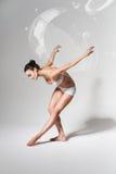 Donna in buona salute di piegamento con la bolla di sapone Immagine Stock Libera da Diritti