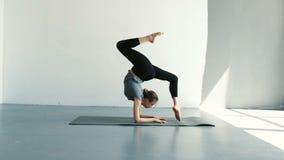 Donna in buona salute di yoga che prepara alla posa di spaccatura di verticale Stile di vita di forma fisica che si esercita nell stock footage