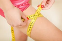 Donna in buona salute e sportiva di misura, in costume da bagno Bello measur della ragazza Immagini Stock