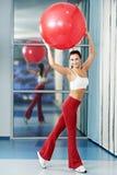 Donna in buona salute felice con la sfera di forma fisica Immagini Stock Libere da Diritti
