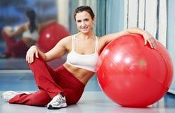 Donna in buona salute felice con la sfera di forma fisica Immagine Stock