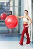 Donna in buona salute felice con la sfera di forma fisica Fotografia Stock