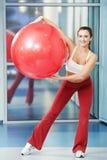Donna in buona salute felice con la sfera di forma fisica Immagine Stock Libera da Diritti