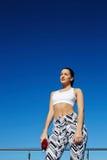 Donna in buona salute splendida con la bella figura che gode del pomeriggio soleggiato durante il suo allenamento quotidiano che  Fotografia Stock Libera da Diritti