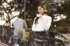 Donna in caffè fotografia stock