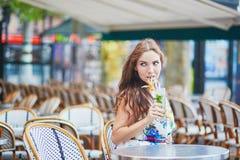 Donna in caffè parigino con il cocktail un giorno di estate Fotografia Stock Libera da Diritti