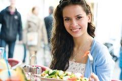 Donna in caffè Fotografie Stock Libere da Diritti