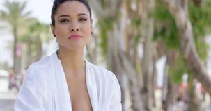 Donna calma in abito bianco che si siede all'aperto stock footage