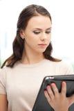 Donna calma con il calcolatore del pc del ridurre in pani Fotografie Stock Libere da Diritti