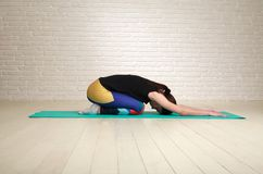 Donna calma e concentrata che fa allungamento di yoga Immagine Stock Libera da Diritti