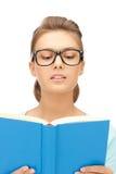 Donna calma e seria con il libro Immagine Stock