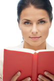 Donna calma e seria con il libro Immagine Stock Libera da Diritti