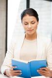 Donna calma e seria con il libro Immagini Stock Libere da Diritti