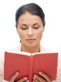 Donna calma e seria con il libro Fotografie Stock Libere da Diritti