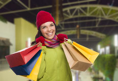 Donna calorosamente vestita della corsa mista con i sacchetti della spesa Immagine Stock Libera da Diritti