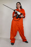 Donna in camici che tengono un trapano elettrico Fotografia Stock