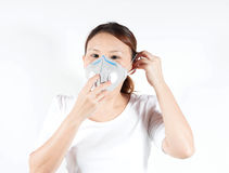 Donna in camicia bianca con la maschera di inquinamento Fotografie Stock Libere da Diritti