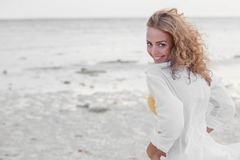 Donna in camicia bianca sulla spiaggia fotografia stock libera da diritti