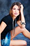 Donna in camicia e pannello esterno neri dei jeans Fotografia Stock
