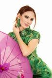 Donna capa di rosso in vestito asiatico con l'ombrello rosa Fotografia Stock Libera da Diritti