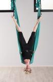 Donna capovolta che fa i supporti aerei della testa di yoga Immagini Stock Libere da Diritti