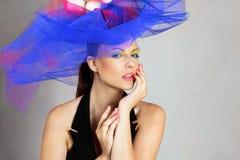 Donna in cappello alla moda Immagine Stock