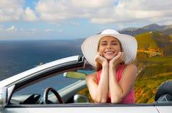 Donna in cappello in automobile convertibile sulla costa di Big Sur fotografie stock