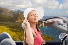 Donna in cappello in automobile convertibile sulla costa di Big Sur fotografia stock libera da diritti