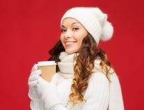 Donna in cappello con la tazza asportabile di caffè o del tè Fotografia Stock Libera da Diritti