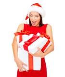 Donna in cappello dell'assistente di Santa con molti contenitori di regalo Fotografia Stock Libera da Diritti