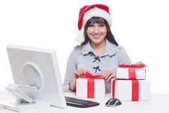 Donna in cappello della Santa che fa i regali di natale Fotografia Stock Libera da Diritti