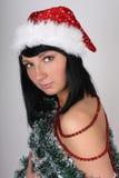 Donna in cappello della Santa con i decori dell'albero di Natale Immagini Stock