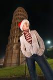 Donna in cappello di Santa che considera qualcosa vicino alla torre pendente, Pisa Fotografia Stock