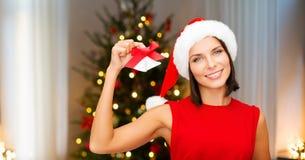 Donna in cappello di Santa con le campane di tintinnio su natale immagini stock libere da diritti
