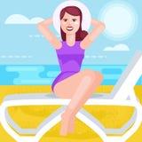 Donna in cappello e costume da bagno, in mare, sedentesi su una sedia a sdraio Fotografia Stock