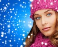 Donna in cappello e sciarpa rosa Immagini Stock