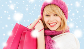 Donna in cappello e sciarpa rosa con i sacchetti della spesa Immagini Stock Libere da Diritti