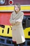 Donna in cappotto beige al giorno freddo immagine stock