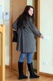 Donna in cappotto che lascia la casa immagine stock libera da diritti