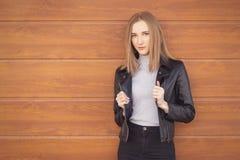Donna in cappotto di cuoio fotografia stock libera da diritti