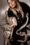 Donna in cappotto di pelliccia Immagine Stock