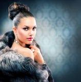 Donna in cappotto di pelliccia di lusso Fotografie Stock Libere da Diritti