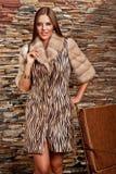Donna in cappotto di pelliccia di lusso Immagine Stock
