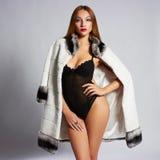 Donna in cappotto di pelliccia di lusso Immagini Stock Libere da Diritti