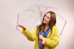 Donna in cappotto impermeabile con l'ombrello previsioni Immagini Stock