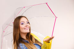 Donna in cappotto impermeabile con l'ombrello previsioni Immagine Stock
